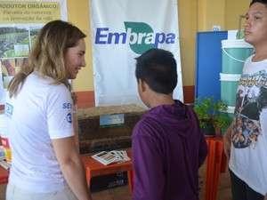 Vistantes receberam orientações sobre a técnica da compostagem (Foto: Cassio Albuquerque/G1)